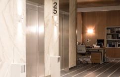 Ascensores Excelsior en el pasillo de ascensores de la serie Traición vista en la planta de oficinas